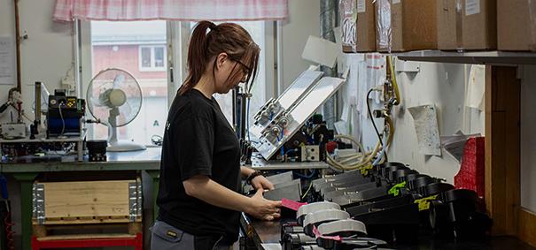 Personal på Väsby Finmekanik som arbetar med legomontering.